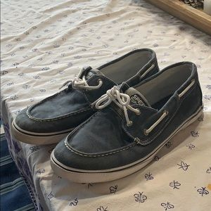 Sperry halyard boys shoes.